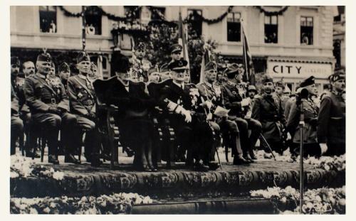 Marosvásárhely:Horthy Miklós és felesége a Transilvania Hotel előtt.1940