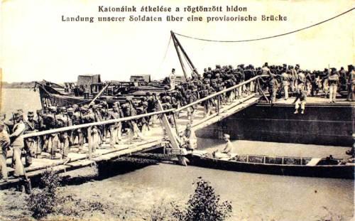 Duna:katonáink átkelése a rögtönzött hidon.1915