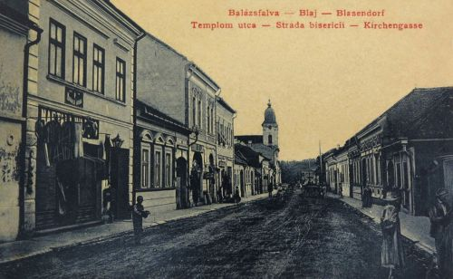 Balázsfalva:templom utca üzletekkel.1908