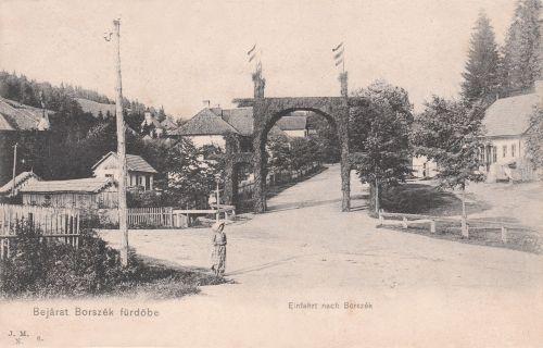 Borszék:Diszkapu,balra a Szent János út,szemben a Szent István út.1905