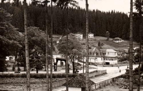 Márkovits-(Márkos)-,Strul-ház a diszkapuval és az Árpád étterem,1943.