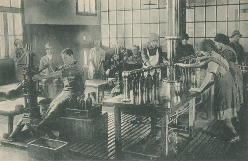 Borszék:régi borvizgyár dugaszoló és palackozó terme,1928-ban.