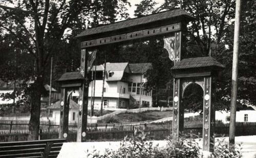 Borszék:diszkapu,háttérben a Posta(Gabi) villa,1943.