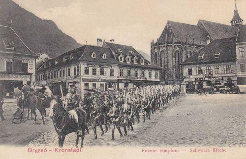 Brassó:Fekete templom menetelő honvéd katonákkal.1903