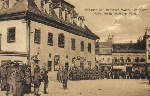 Brassó:német őrség felváltása a Főtéren a városháza előtt,1916.