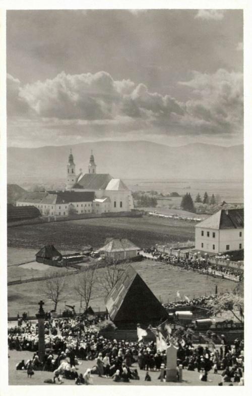 Búcsú a kálváriáról nézve a kegytemplommal,1943.