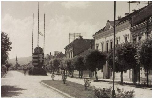 Országzászló a Kossuth utcában,balra a Szent Kereszt-templom,1942.
