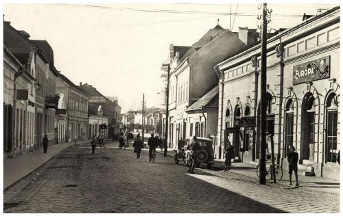 Csikszereda:Fő-utca,jobbra az Europa szálloda és étterem,1943.