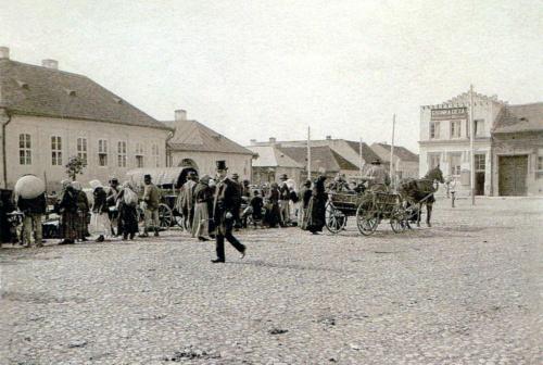 Húspiac:a Kossuth és Arany János utca találkozásánál,jobbra Csonka Géza műterme,1900k.