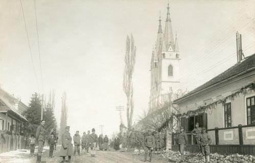 Ditró:magyar katonák a főutcán,jobbra a katolikus templom,1916.