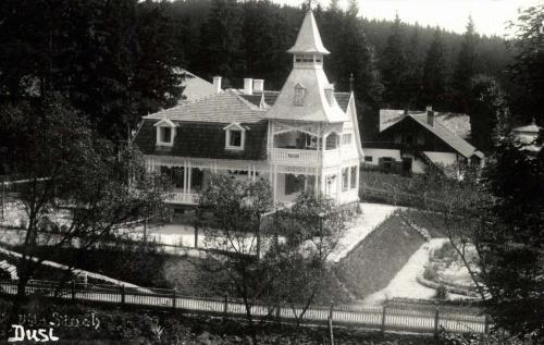 Borszék:Flack (Dusi) villa,mellette teniszpálya,1941.