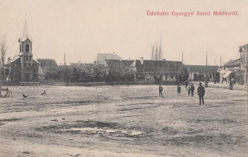 Gyergyószentmiklós:Főtér,balra a református templom.1908