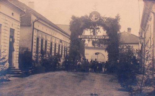 Gyergyóremete:ünnepség a diszkapunál.1926