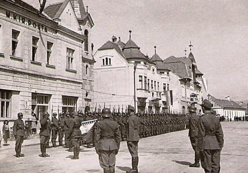 Gyergyószentmiklós:magyar honvédek a posta előtt,1941.