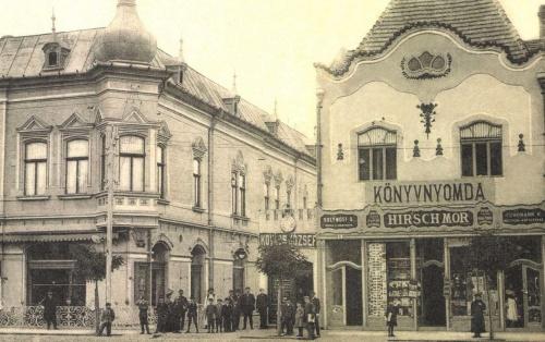 Korzó kávéház és Hirsch Mór papirkereskedése,1908-ban.