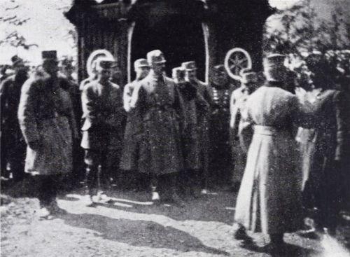Hollósarka:kápolna előtt a tábori mise után Naményi alezredes feltűzi Cziráky századosnak a III. oszt. vaskoronarendet.