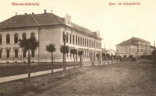 Marosvásárhely:elemi népiskola és ipari iskola,balra a Kisfaludy Károly utca.1909