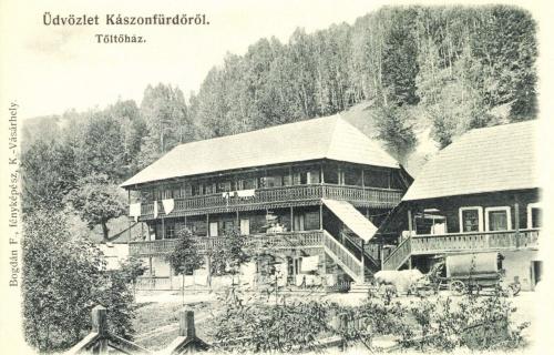 Kászonfürdő:borviz töltőház,jobbra székely borvizes szekér,1906.