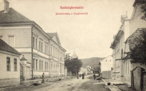 Székelykeresztúr:Járásbiróság a templommal.1909