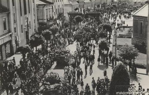 Marosvásárhely:katolikus templom és diszkapu alatt.1940