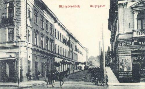 Marosvásárhely:Bolyai utca,balra a Transilvánia szálloda,jobbra a Pap palota.
