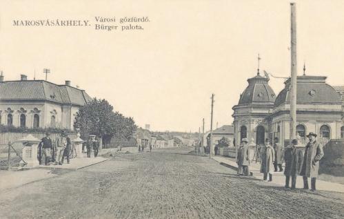 Kossuth utca:jobbra a gőzfürdő,balra a Bürger sörgyár és a Turbina-hid,1911-ben.