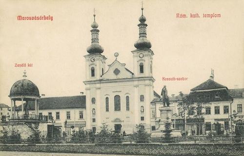 balra a zenélő kút,középen a plébánia és a Kossuth szobor,1908.