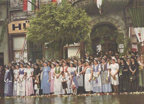 Várják a magyar honvédeket és Horthy Miklós-t a Bányai palota előtt,1940 szeptember 16.