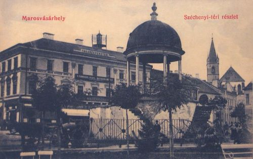 Marosvásárhely:zenélő kút,balra Takarékpénztár,jobbra református templom.1909