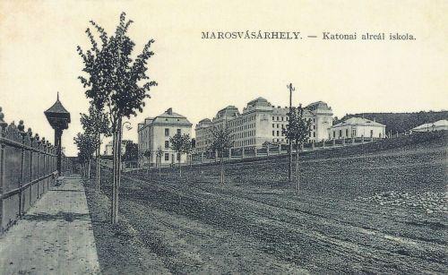 Katonai Alreáliskola,balra a Gyermekmenhely székelykapuja.1911