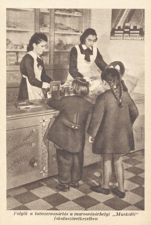 Marosvásárhely:tanszervásárlás a Muskátli Iskolaszövetkezetben.1943