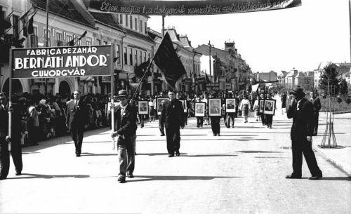 Bernáth Andor cukorgyár dolgozóinak a felvonulása május 1-én,1956 k.