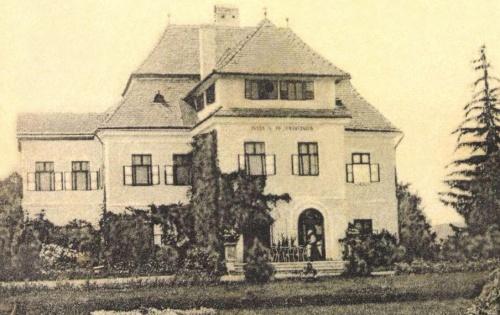 Megyesfalva:barokk kastély felirata:ISTEN A FŐ GONDVISELŐ,1903-ban.