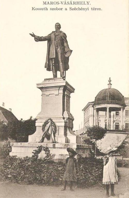 kb.20.000 személy jelenlétében avatták fel a szobrot,Dr.Bernády György javaslatára 1894-ben merült fel a gondolat,hogy szobrot kellene állitani Kossuth Lajosnak.1894 május 1-én meg is alakult a Kossuth szobor Bizottság:elnök:Bernády György,alelnökök:Csongvay Lajos,Dósa Elek,Urmánczy János,Dr.Gidófalvi István,Vass Tamás,titkárok:Szentgyörgyi Dénes,László Gyula,tiszteletbeli elnökök:Sándor László Maros-Torda vármegye alispánja és Geréb Béla polgármester.1897 év végén megbizták Köllő Miklós szobrászt a mű elkészitésére aki előzetesen gipszmintábol el is készitette a szobor kicsinyitett maketjét ami ki volt állitva az Iparmúzeumban,meg is kötötték a szerződést 1897 december 13-án Budapesten.A szobor magassága 3.20 méter(20cm magasabb a Bem szobornál.A szobrásznak 20.000 koronát fizetett a végrehajtó bizottság,amely 1898 november 8-án Fadrusz János vezetésével megtekintette a művész fővárosi műtermében a nagy agyag mintát.A szobor alapzatát Soós Pál épitőmester készitette el a marosvásárhelyi polgárok adományaiból 1899 tavaszán.1899 május 23-án a Bizottság kikülde a meghivókat.A leleplezési ünnepségen Kossuth Ferencz is jelen volt,amely a következő sorrendben zajlott le:1.Himnusz,énekelték az egyesitett dalárdák:marosvásárhelyi Dalkör,Iparos Önképző Egylet Dalkara,Krecsányi szinházi dalkara.2.Ünnepi beszédet és a szobor leleplezését Kábdebó Ferenc tartotta.3.Alkalmi költeményt irta és előadta:Szabolcska Mihály.4.zenélt az Önkéntes Tűzoltó Egylet fúvós zenekara.5.ünnepi beszéd:Bedőházy János.6.Éljen Ősmagyar hazánk:előadta a szentgericzei székely vegyes népdalárda.7.Alkalmi költemény,irta és előadta Pósa Lajos.8.A küldöttség megkoszorúzta a szobrot.9.A szobrot a bizottság nevében átadja Oroszlány István.10.Szobor átvétele a városi bizottság által.11 Szózat:előadják az egyesitett dalárdák.Ezután közebéd volt Letzter Samu Kossuth utcai kerthelységében.Sétazene az Erzsébet ligetben 16.30-től.Diszelőadás 19.30-tól Krecsányi Ignác szintársulatától,ugyanakkor táncestély az Erzs