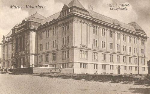 Marosvásárhely:Városi Felső Leányiskola,jobbra a Bem József utca.1914