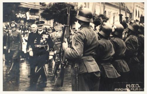 Marosvásárhely:Horthy Miklós a Toldalaghy palota előtt.1940