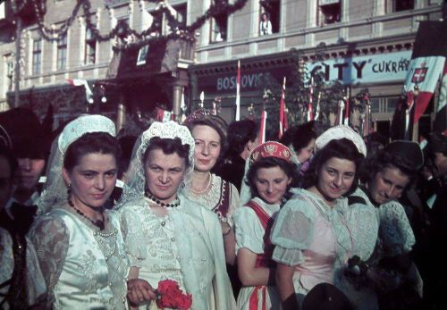 Marosvásárhely:leányok fogadják a magyar honvédeket.1940 szeptember 10.