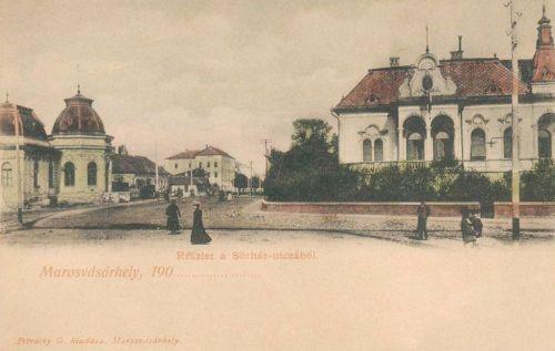 Balra a Gőzfürdő,jobbra az Aranykakas vendéglő,háttérben a laktanya,1903.