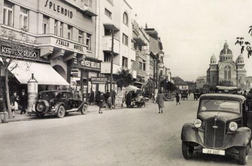 Balra Kertész Rezső és Révész Bála üzlete a szálloda aljában,1942.