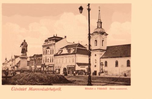 Bem József tábornok szobra és ferences barátok temploma a feszülettel,1905.