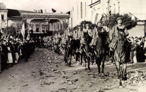 Honvédek bevonulása a plébánia előtti diszkapunál,1940 szept.10.