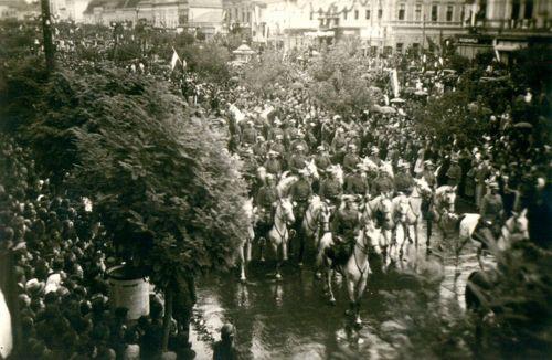 Lovas honvédek bevonulása,jobbra fent a Transilvania szálloda,1940,szeptember 16.