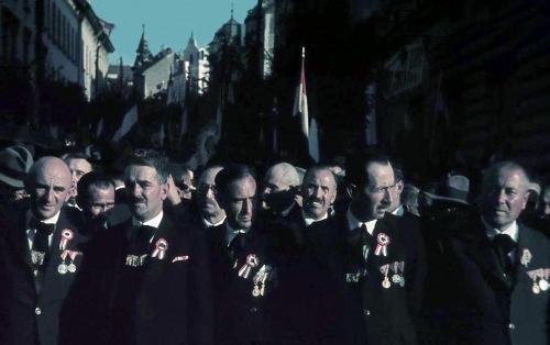 első világháborús veteránok kitüntetéseikkel a Bolyai utcánál,1940 szept. 10-én.