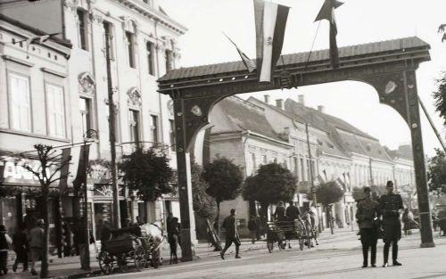 Díszkapu a város címerével,látható még magyar és székely is,1940