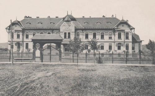 Gyermekmenhely az angyalos Szent Koronás címerrel és székelykapuval,1911.