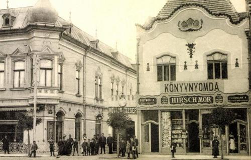 Bissingen-palota és Vámos-ház:balra a Korzó kávéház,középen Kovács József órás üzlete,jobbra Hirsch Mór könyvnyomdája,1908