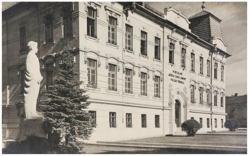 Magyar Királyi Állami Kőrösi Csoma Sándor Polgári Fiúiskola és szobor,1942.