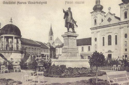 balra a zenélő kút,Kossuth szobor és református-és katolikus templom.1906