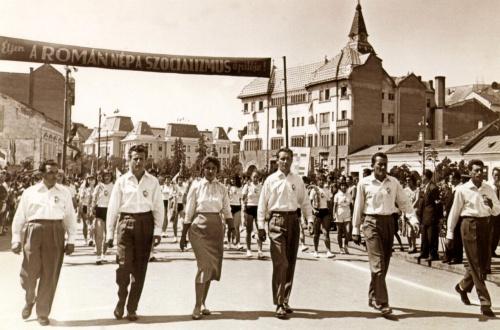 Sportolók és vezetőik felvonulása május 1-én,1957-ben.