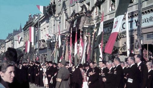 Várják a magyar honvédeket,1940 szeptember 15-én!(jobbra a Transzilvánia szálloda és a CITY cukrászda).